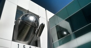 Chrome Android Skulptur